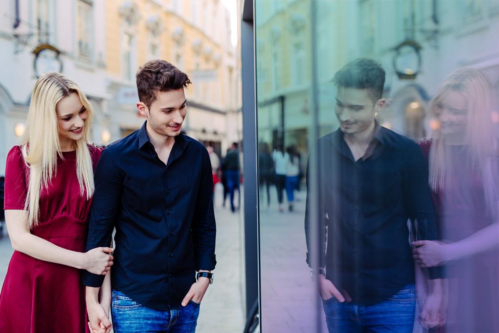 Verliebtes Paar vor Schaufenster in Altstadt